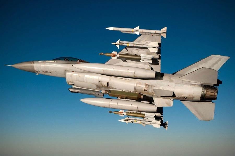 洛馬公司為巴基斯坦F-16 Sniper戰機進行先進光電標定莢艙升級時,還增加了武器外掛點。(圖/洛馬公司)