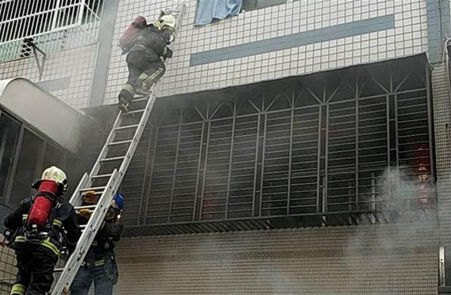 新北鶯歌建物內汽車火警,消防局架梯子搶救。(吳家詮翻攝)