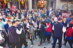 蔡英文鎮瀾宮發紅包 遇陳抗