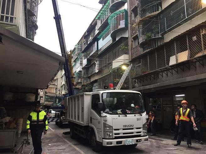 新北市板橋區新海路430巷內一棟公寓5樓,今凌晨2時許發生瓦斯氣爆,警消人員正在協助復原現場。(許哲瑗攝)