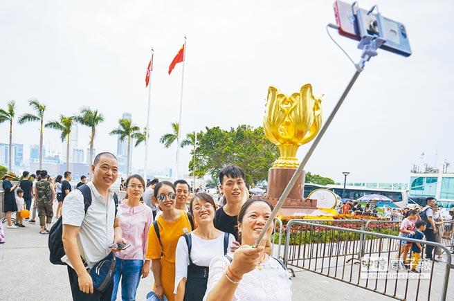 廣深港高鐵開通後,大陸遊客赴港旅遊更便利。(中新社資料照片)