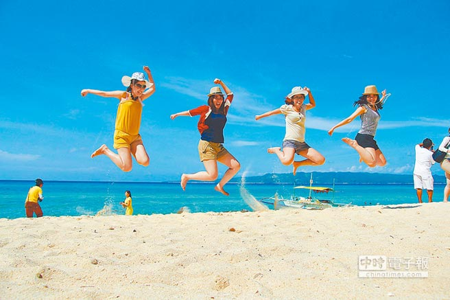 東南亞不少國家對陸推出簽證便利措施。圖為陸客赴菲律賓長灘島遊玩。(本報系資料照片)