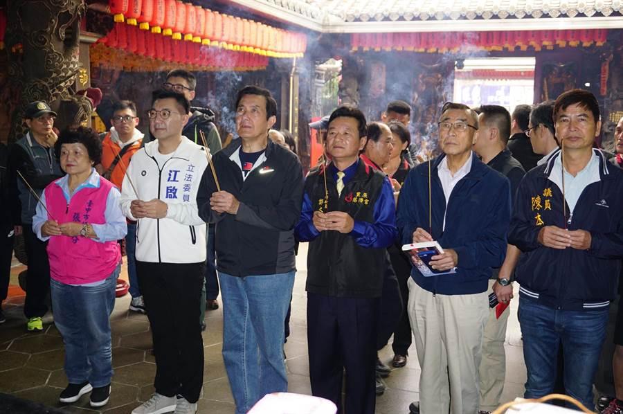 前總統馬英九(左三)在立委江啟臣(左二)、市議員張瀞分(左一)、陳本添(右一)及前總統府資政廖了以(右二)陪同下,向媽祖參香祈福。(王文吉攝)
