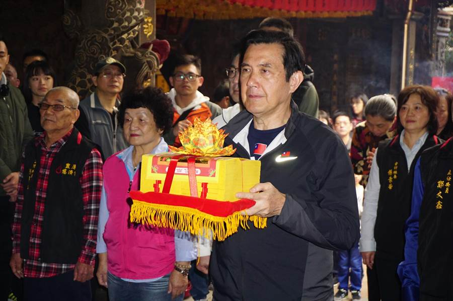 前總統馬英九向豐原慈濟宮媽祖行三獻禮。(王文吉攝)