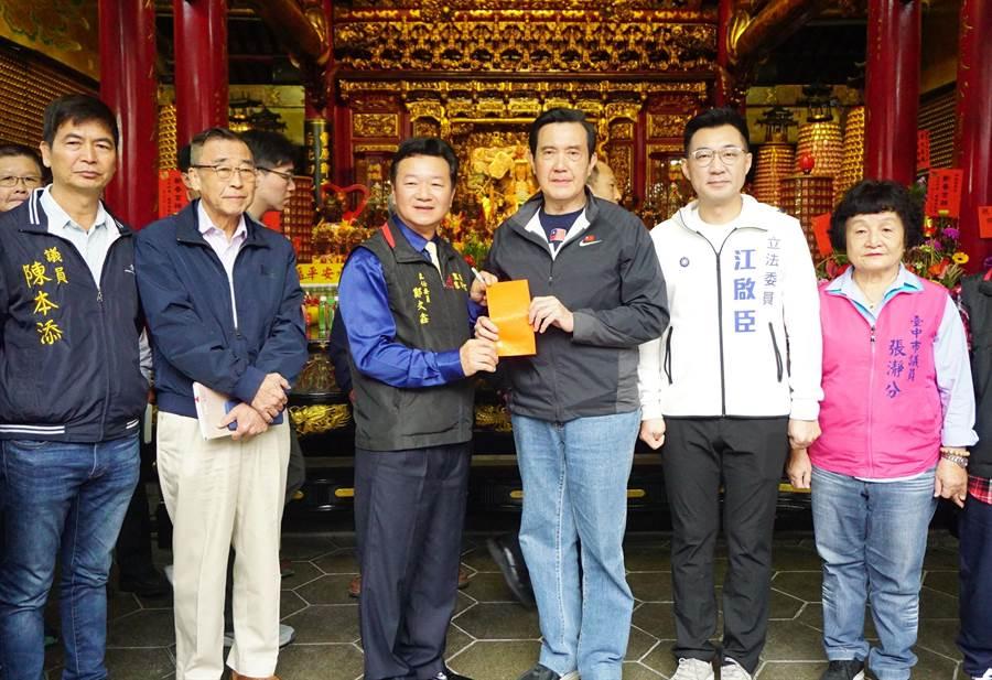 前總統馬英九(右三)前往豐原慈濟宮參拜,並添香油錢。(王文吉攝)