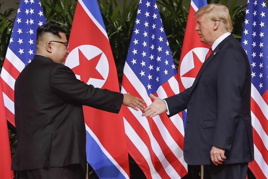 美國總統川普9日在推特上宣布,他和北韓領導人金正恩的第二次峰會將於27及28日在越南河內舉行。同時他也大讚北韓在金正恩的領導下,即將成為經濟強國。圖為去年6月新加坡舉行首次川金會。(資料照片/美聯社)
