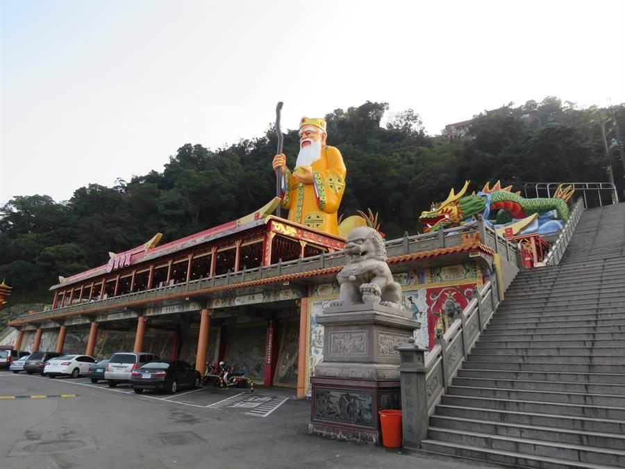 新北市中和區烘爐地南山福德宮擁有北台灣最大尊的土地公,農曆春節期間都會湧入不少信徒。(葉書宏攝)