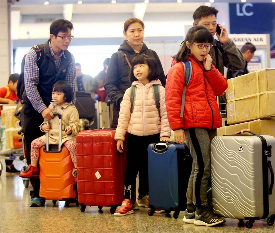 華航機師9日持續罷工,在桃園機場華航共取消9個班次,影響約1千人,圖為搭乘華航班機的旅客在一航廈排隊報到。(范揚光攝)