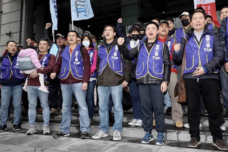 華航機師罷工進入第2天,9日下午在交通部舉行勞資協商,桃園市機師職業工會會員聚集在交通部前,呼口號表示立場,並等待協商結果。(中央社)