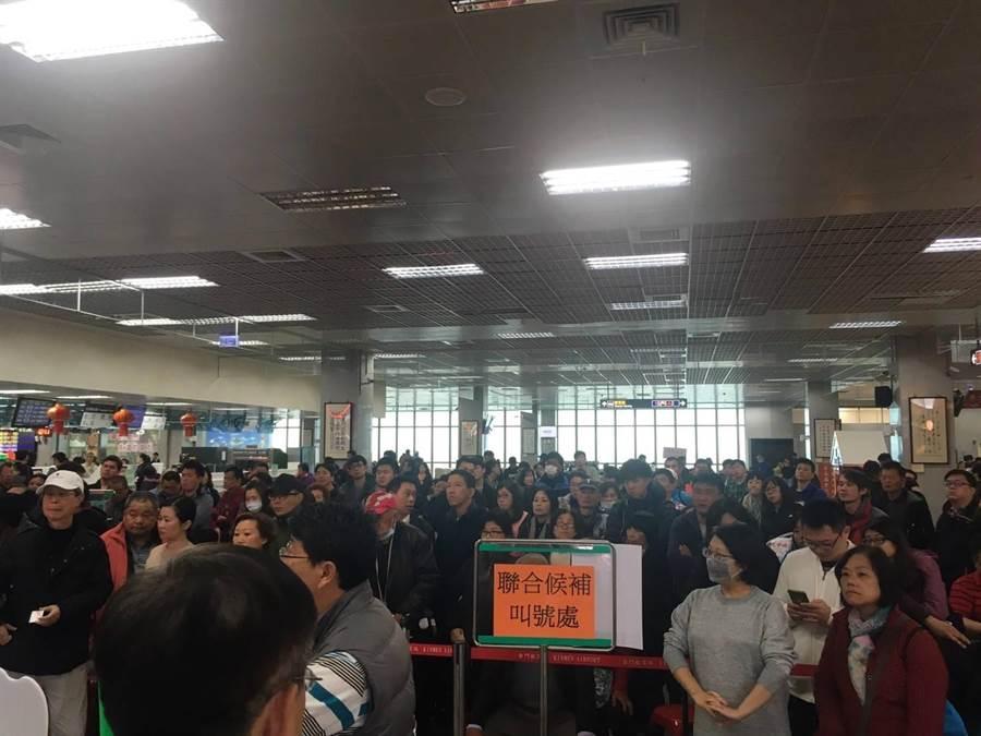 金門尚義機場一早就湧進大批候補旅客。(縣府提供)
