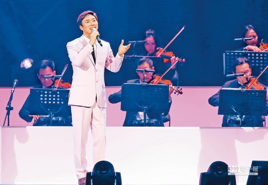 費玉清昨以符合年節味的粉紅色西裝,為告別演唱會揭開序幕。(羅永銘攝)