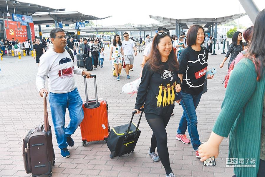 深圳灣口岸出境旅客排隊過境。(中新社資料照片)