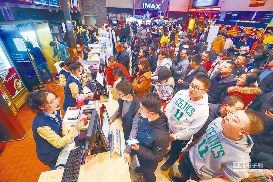 2月5日正值農曆大年初一,山西太原一家電影院,民眾購票準備觀影。根據貓眼票房數據統計,5日單日票房打破2018年紀錄。(中新社)