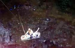 男子深山尋根發生事故 黑鷹直升機順利吊掛搶救