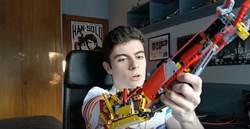獨臂少年用樂高打造機械義肢