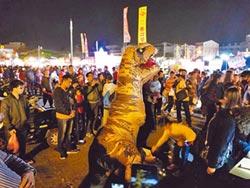 扮恐龍遇襲 女學生換夜市續表演