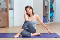 丁寧瑜伽墊上修煉人生
