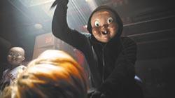 恐怖嬰兒面具嚇壞同事導演得意