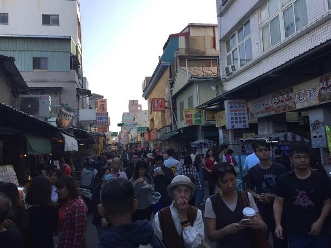 台南市國華街放眼望去都是滿滿人潮。(曹婷婷攝)