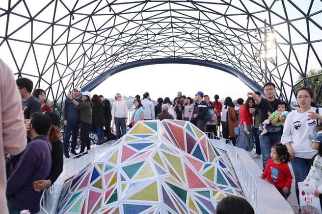 過年前剛啟用的「大魚的祝福」鯨魚藝術裝置,一躍成為安平人氣地標。(台南市觀旅局提供)