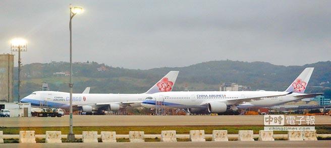 華航機師9日持續罷工,圖為停放在維修廠棚前的華航客貨機。圖/范揚光