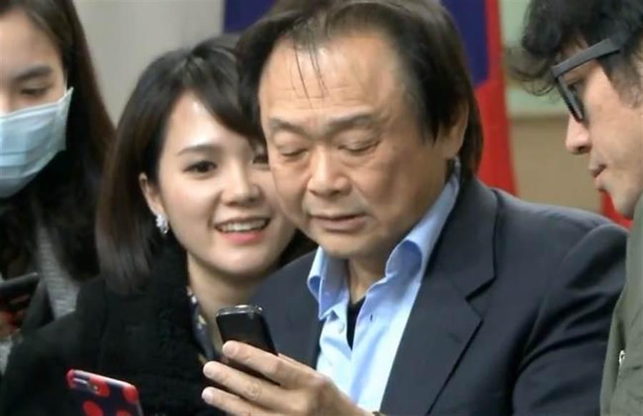 """王世堅上午出面說明,他是手表控,送對表給韓國瑜父女當父女表。並拿出""""智障型""""手機,秀出韓冰簡訊。(中時電子報直播)"""