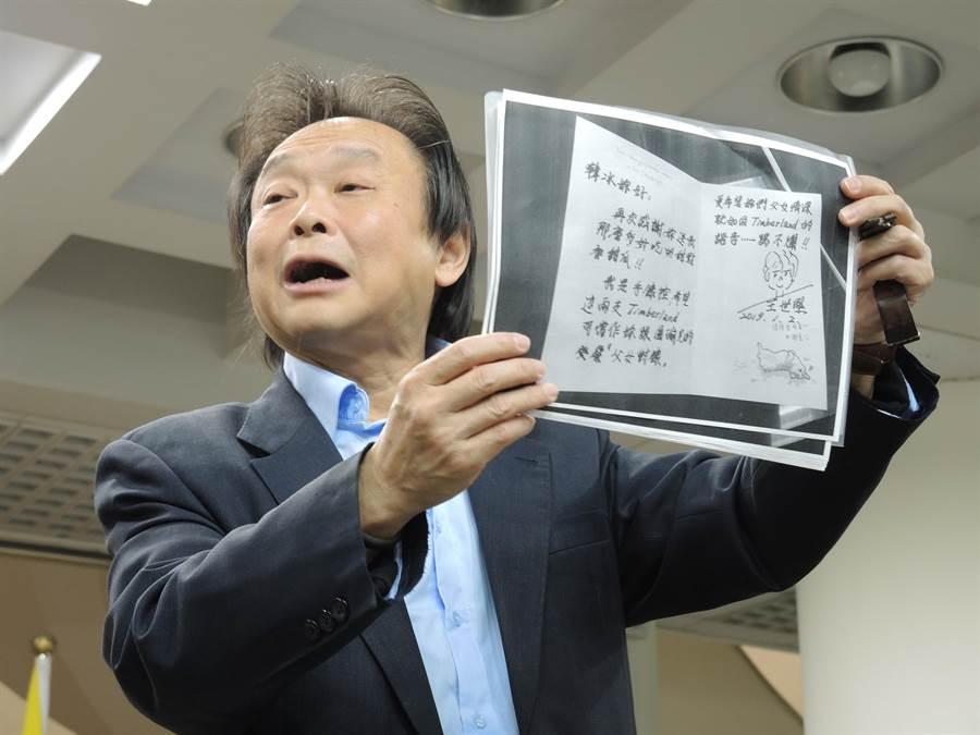 民進黨北市議員王世堅出示自己寫給韓冰的卡片,強調因為收到對方禮物,所以禮尚往來回贈一對手表。(張潼攝)