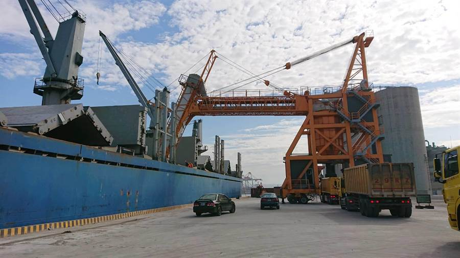 台中港區每年進口逾200萬噸水泥熟料,目前已輔導業者完成2部自動化密閉式環保裝卸機具。(陳淑娥翻攝)