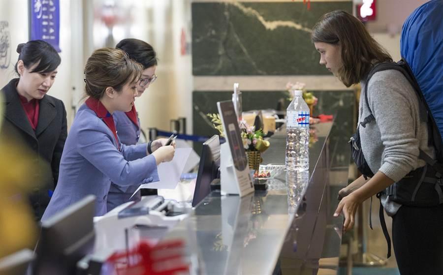華航二次的罷工事件讓直接面對旅客的第一線人員不滿的表示,為什麼抗爭罷工倒楣的都是我們。圖為桃園機場華航櫃台旅客辨理報到情形。(陳麒全攝)