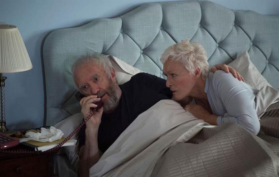 身為知名作家的喬(強納森布萊斯飾)和妻子瓊安(葛倫克蘿絲飾)結縭40餘年,是眾人眼中欽羨的文壇賢伉儷。(威視提供)