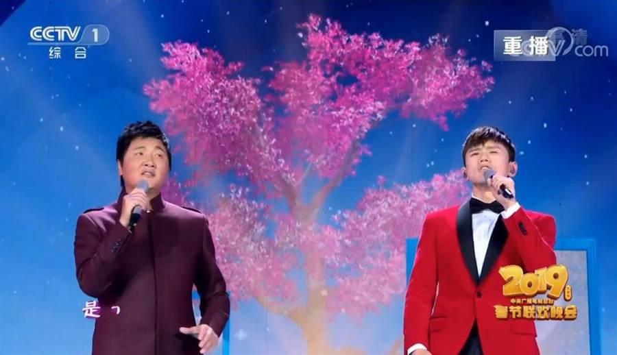 孫楠和張杰合唱「時間的遠方」,唱到網友想家了。(圖/CCTV)