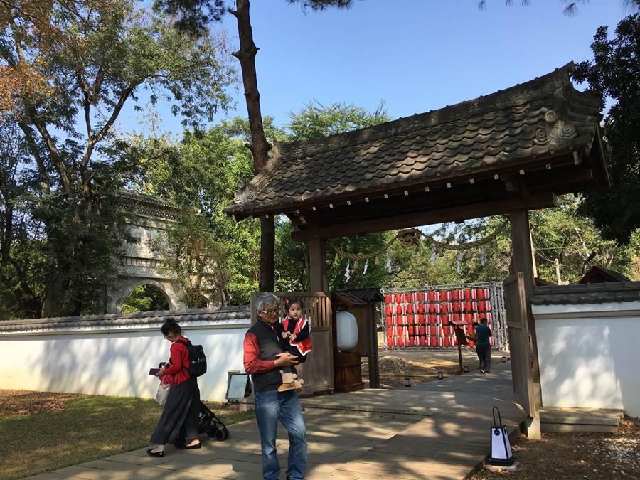 嘉義市史蹟資料館春節期間吸引遊客入場參觀。(廖素慧攝)