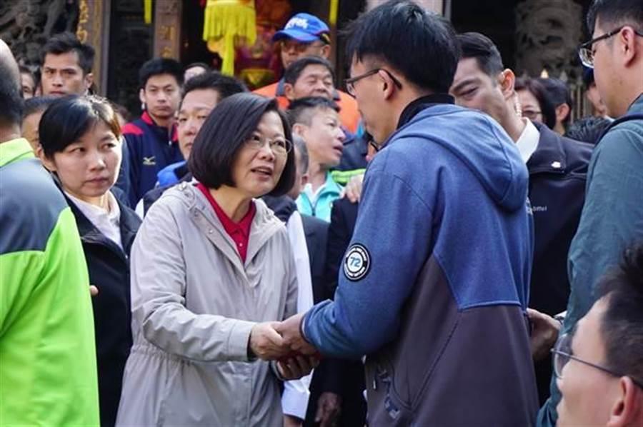 總統蔡英文在罷工第一天仍到大甲鎮瀾宮發紅包,對於罷工事件為表達意見。(圖/中時資料照)