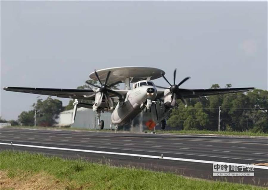 2014年,E-2K空中預警機首次在民雄戰備道操演起降。(本報資料照,陳怡誠攝)