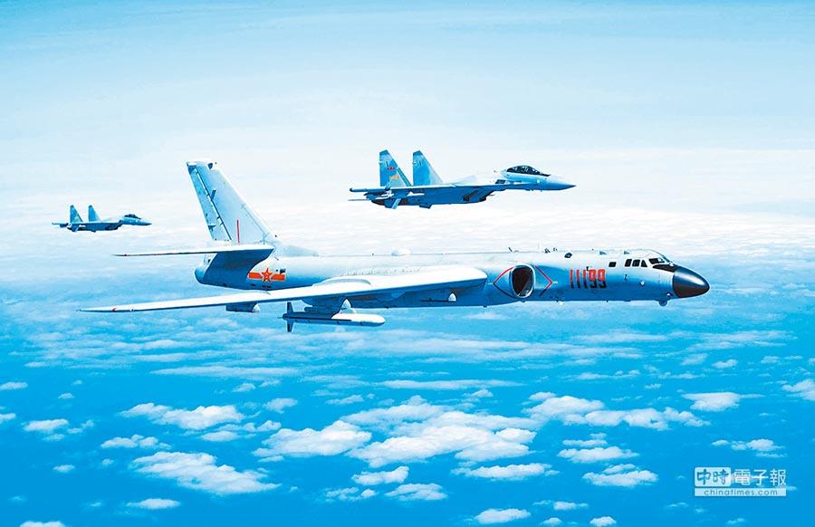 春節戰備演習前,大陸軍機疑在台海中線來回巡弋偵測。圖為大陸空軍蘇-35戰機與轟-6K戰機編隊飛行。(新華社)