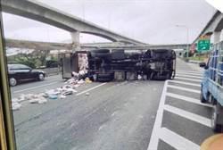 垃圾車大翻車司機手筋斷 疑為閃避違規車輛