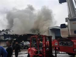 影》板橋鐵皮工廠火警 無人受困搶救中