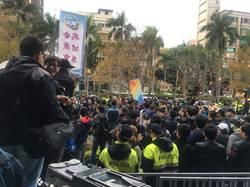 華航勞資雙方重啟談判 場外鐵欄分隔警力戒備