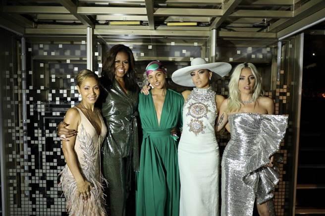 女神卡卡(右起)、珍妮佛洛佩茲、主持人艾莉西亞凱斯、前第一夫人蜜雪兒歐巴馬與潔達蘋姬史密斯。(取自官方推特)
