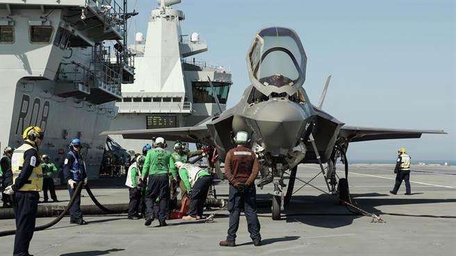 英國伊麗莎白女王號航母與其搭載的F-35B隱形戰機。(圖/美國海軍網站)