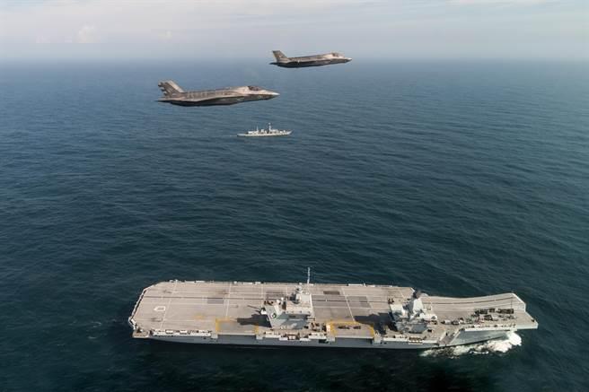 英國海軍旗艦伊麗莎白女王號與其搭載的F-35B戰機。(圖/美國海軍官網)