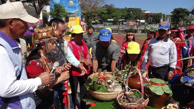 牡丹鄉四林格部落靈媒柯恒梅(左二)花近5年時間找回排灣族消失百逾年的正統祖靈文化,今年大年初三進行祈福儀式,感動不少族人及遊客。(謝佳潾攝)