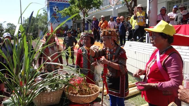 牡丹鄉四林格部落靈媒柯恒梅(右二)花近5年時間找回排灣族消失百逾年的正統祖靈文化,今年大年初三進行祈福儀式,感動不少族人及遊客。(謝佳潾攝)