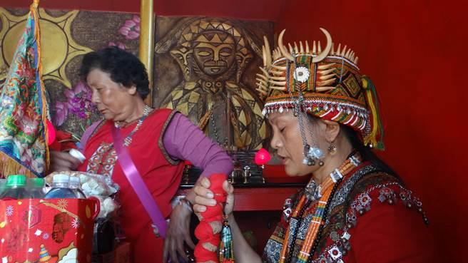 牡丹鄉四林格部落靈媒柯恒梅(右)花近5年時間找回排灣族消失百逾年的正統祖靈文化,今年大年初三進行祈福儀式,感動不少族人及遊客。(謝佳潾攝)