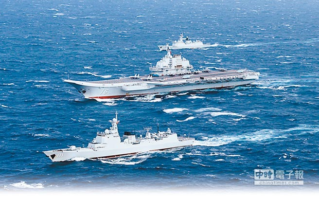 2018年3月大陸兩會期間,美國總統川普簽署《台灣旅行法》,中共航母遼寧號於3月20日進入台海。圖為遼寧艦航母編隊航行情形。(取自中國軍網)