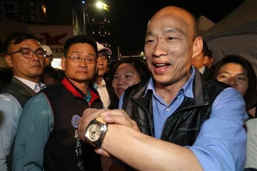 高雄市長韓國瑜展示台北市議員王世堅送的手表。(資料照,林瑞益攝)