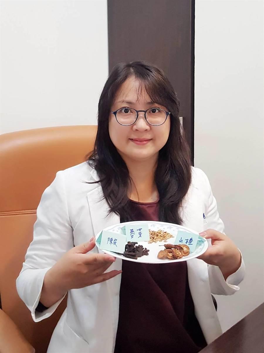 蓮樺中醫院長蔡惠君也提供山楂、麥芽、陳皮三物飲,可幫助想減重的人消除食積,解油膩。(馮惠宜攝)