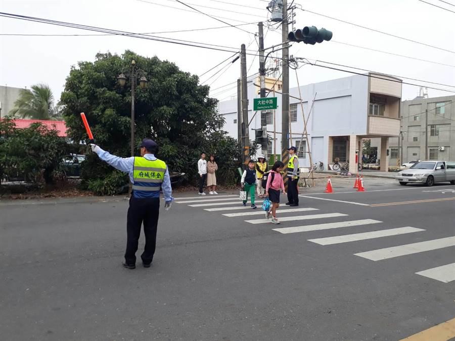 今天(11日)是開學日,台南市善化警分局派遣警力執行「護童專案」勤務。(善化警分局提供)