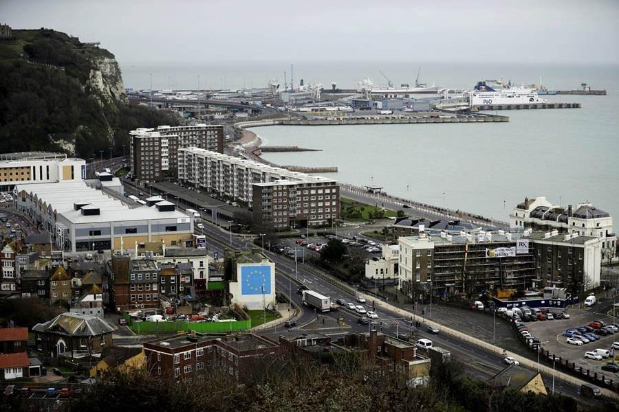 脫歐大限即將到期,英國如何脫歐將影響其與歐盟的海陸運輸,圖為英國港口多佛(Dover)。(圖/美聯社)