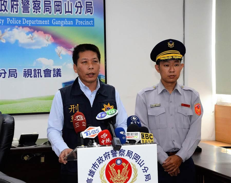 槍擊小黃司機案,高雄市岡山警分局偵查隊長曾順光(左)11日上午說明案情。(林瑞益攝)